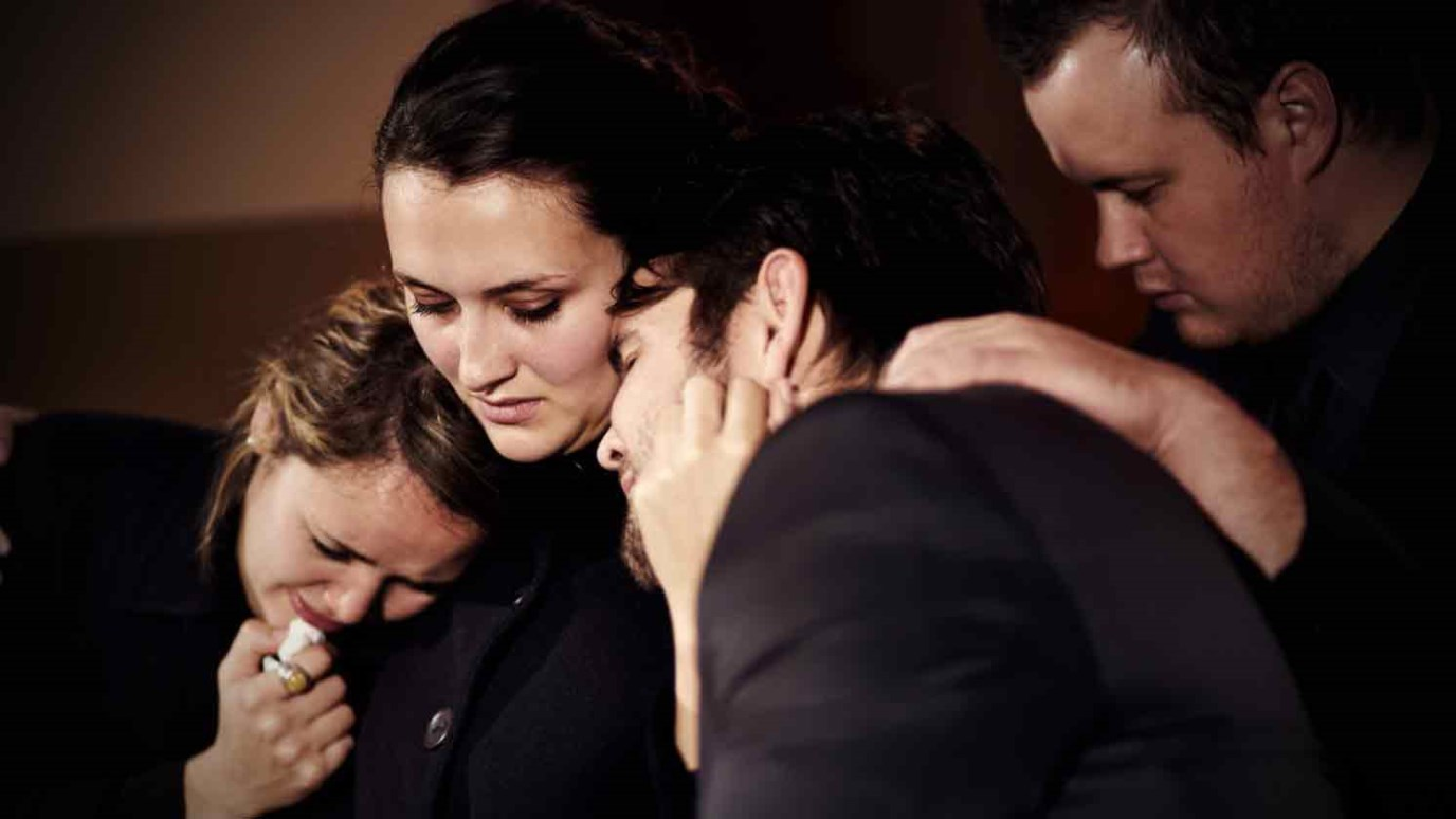 плачущая семья картинки это прежде всего